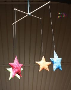 mobile étoiles en tissus
