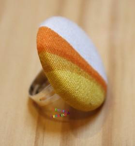 bague bouton orange et blanc coté